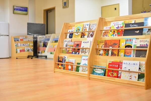 大阪府大東市の幼稚園保育園こども園の施設案内の絵本室