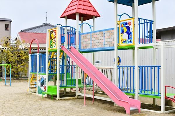 大阪府大東市の幼稚園保育園こども園の施設案内の園庭の遊具