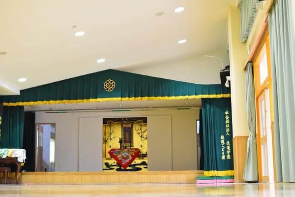 大阪府大東市の幼稚園保育園こども園の施設案内の講堂