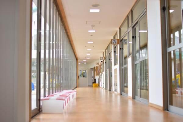 大阪府大東市の幼稚園保育園こども園の施設案内の廊下