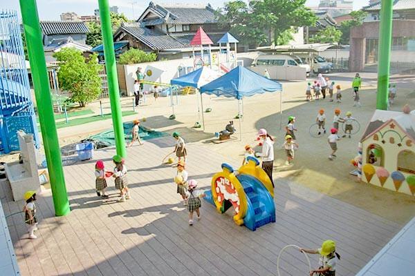大阪府大東市の幼稚園保育園こども園の施設案内の園庭